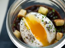 Huevo en salsa Meurette, abierto