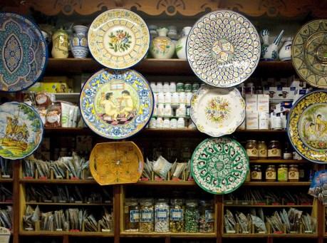 Platos decorados y plantas medicinales