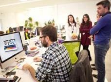 Viendo el diseño de un expositor de tienda en 3D