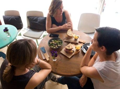 Hablando con Sofía y Waldesca de Cul de Sac by Las Manolitas