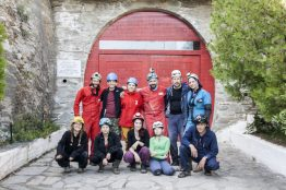 Έξω από το τουριστικό σπήλαιο της Αλιστράτης