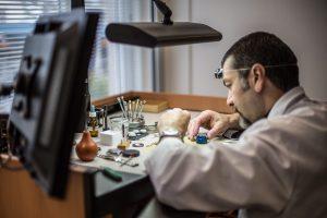 Urmaker som arbeider, Dyr klokke - hva gjør egentlig en klokke kostbar