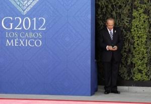 El Presidente Calderón consulta el móvil en la cumbre de Los Cabos en México