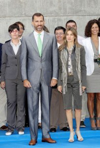 Los Príncipes de Asturias durante una visita a una fábrica en Segovia