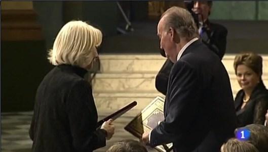 La alcaldesa de Cádiz entrega un ejemplar de la CE de 1812 a SM el Rey