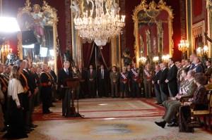 SSMM los Reyes y SSAARR los Príncipes de Asturias escuchan, sentados, el discurso del Ministro de Defensa.