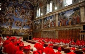 Cardenales ocupando sus sitios en la Sixtina