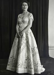 Isabel II con el vestido diseñado especialmente para la coronación