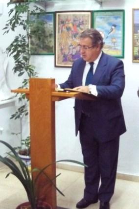 7-el-alcalde-zoido-firmando-el-libro-de-honor-de-la-asociacic3b3n
