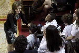 Letizia de Asturias saludando a los niños que la FEDER apoya Efe