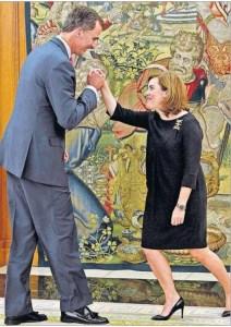 Soraya S. de Santamaría saluda a Felipe VI