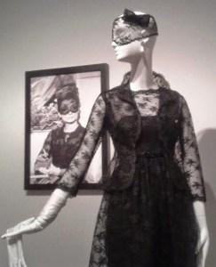 vestido y chaqueta corta con velo de encaje, diseñado por Givenchy para Audrey Hepburn en la película Cómo robar un millón, 1966