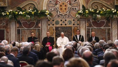 Papa-premio-Carlomagno-aprovecha-refugiados_914328560_104506308_667x375