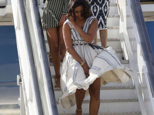 Michelle-Obama-hijas-bajando-avion_ElEspañol0