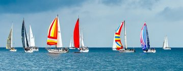 Kolorowe jachty na wodzie