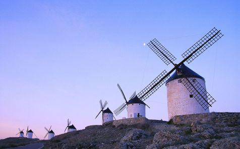 Molinos bajo un cielo azul en Consuegra (a row of tower windmill
