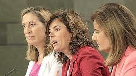 Fátima Bañez en primer término en una comparescencia despúes del Consejo de Ministros junto a la portavoz Saenz de Santamaria y Ana Pastor, la de Fomento, en último lugar