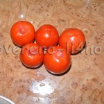 Делаем надрезы на помидорах
