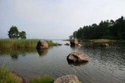 Nämä kivet voi välttää, kun saapuu Äggskärille partiokirjan neuvomaa reittiä.