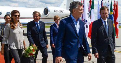 Luis Kreckler detrás de Macri cuando era embajador en Alemania
