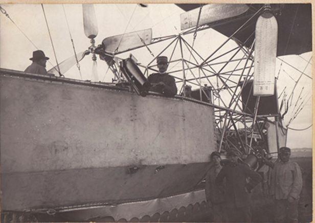 Il progettista magg. Crocco vicino al cannone da montagna da 65mm - giugno 1916- archivio Osti