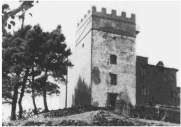La torre negli anni trenta con ancora il coronamento merlato, probabilmente non originale.