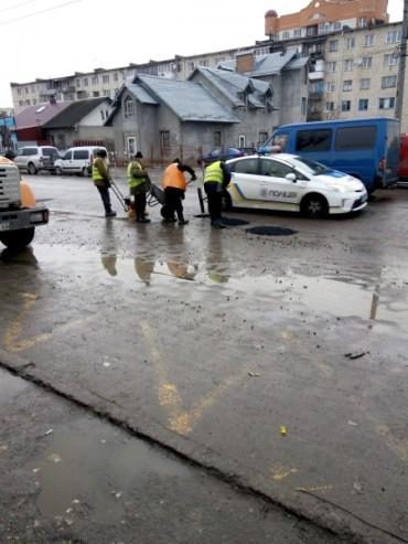 У націоналістичному Тернополі ремонтують дороги по-комуністичному