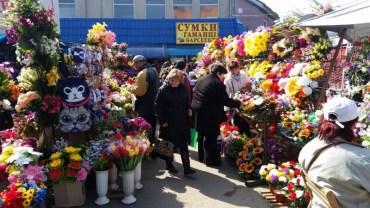 Церква закликає не приносити на цвинтарі штучних квітів та вінків