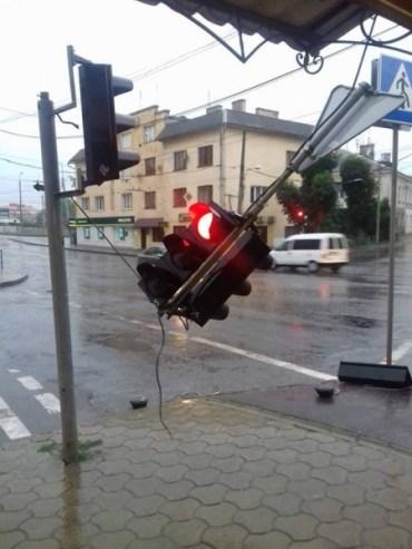 У Тернополі так задощило, що аж світлофор зламало