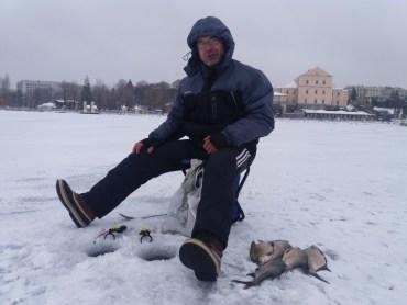 На тернопільському озері можна впіймати велику рибу навіть взимку