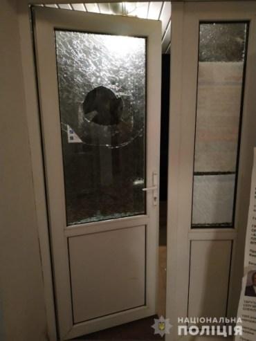 Двоє жителів Оленівки намагалися потрапити до виборчої дільниці після її закриття