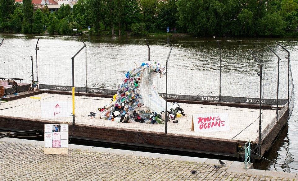 Vlna na náplavce byla vytvořená kolektivem PsychosNest z plastového odpadu sesbíraného z povodí Berounky. Najdete na ní mnoho zajímavého materiálu od plastových židlí, zalévacích konvic, polystyrenu a mnoho dalších předmětů, které v našich vodních tocích bohužel běžně přebývají.