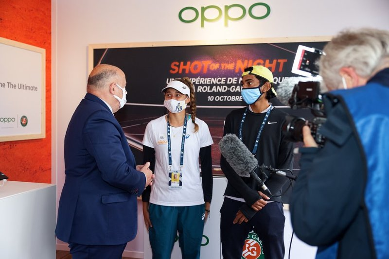 5_President of the French Tennis Federation Bernard Giudicelli talks with champions of the Junior Wild Card series at the OPPO booth.jpeg