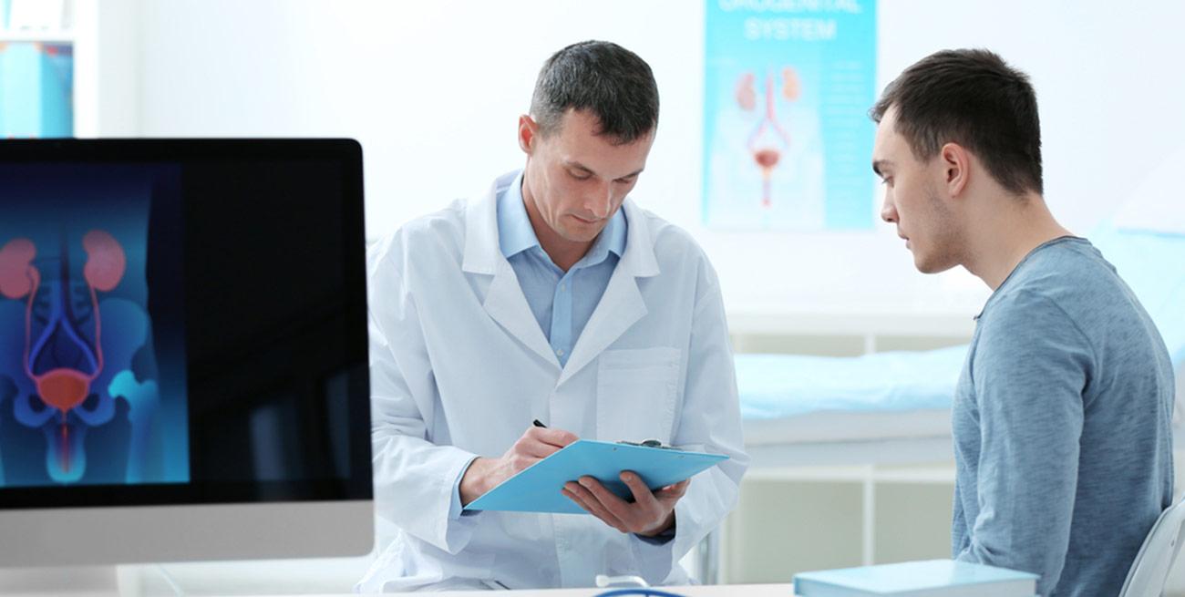 Paciente em consulta com médico que o examina
