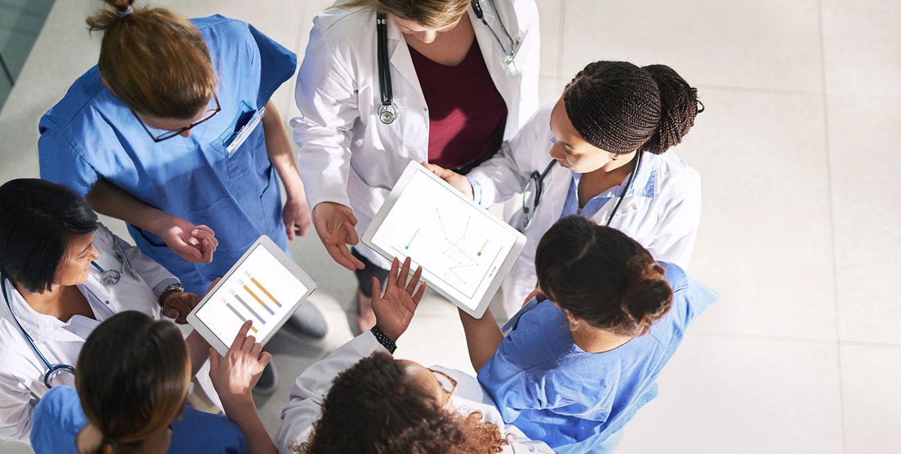 Medicos conversando sobre o relatorio de doencas