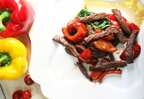 Теплый салат изговядины иовощей (видео)