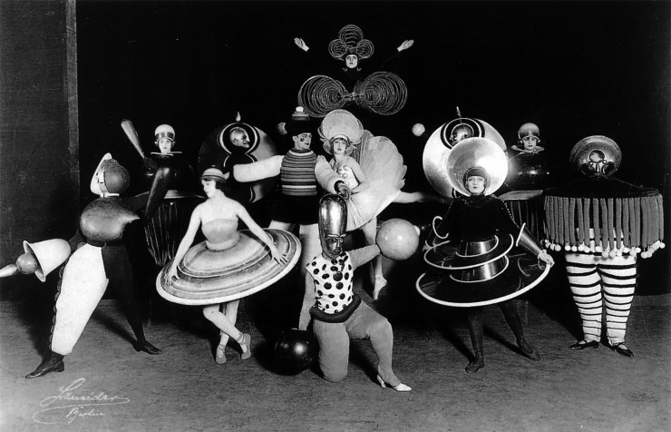 Das Triadisches Ballett, developed by Oskar Schlemmer, performance in Wieder Metropol at Metropoltheater, Berlin, photographed by Ernst Schneider.