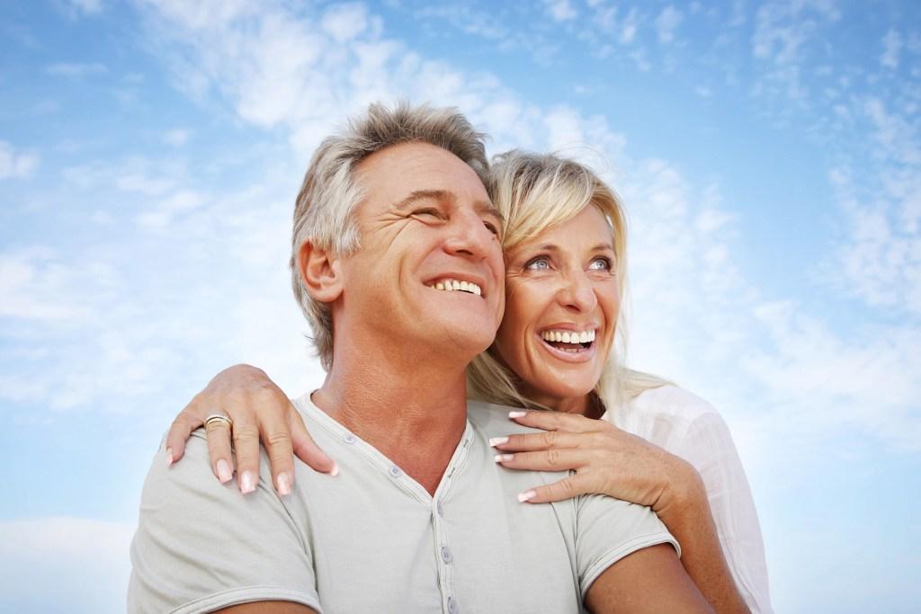 Happy elder couple on ProxySoft dental floss homepage