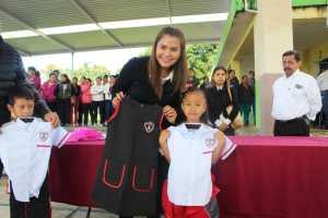 Entregan más de 350 paquetes escolares y uniformes en la escuela Miguel Alemán de Huatusco