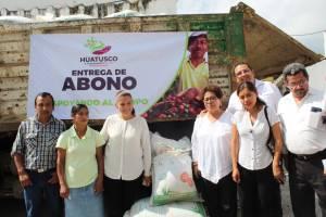 Entregan fertilizante a productores de Huatusco