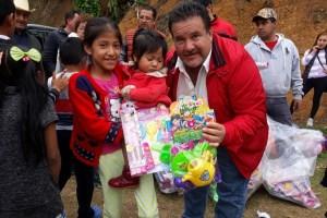 Reciben juguetes cientos de niños, en localidad de Huatusco