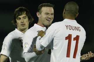 Rooney y Young celebran un gol