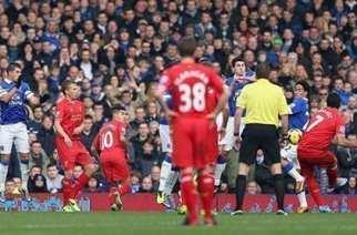 Suárez, en el momento de ejecutar el segundo gol