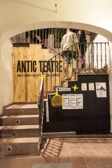Entrada al Antic Teatre, des del carrer Verdaguer i Callís n. 12. Fuente web www.anticteatre.com