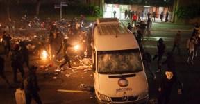 26jul2013---manifestantes-do-grupo-chamado-black-bloc-atacam-veiculo-da-tv-record-durante-protesto-nesta-sexta-feira-26-em-sao-paulo-o-grupo-apoia-as-manifestacoes-ocorridas-no-rio-de-janeiro-contra-1374889171409_956x500