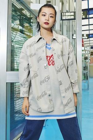 プリントツイルシャツジャケット¥3,999 オーバーサイズプルオーバーベスト¥2,999 デニムパンツ 参考商品