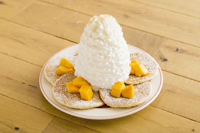マンゴー、 ホイップクリームとマカダミアナッツのパンケーキ 1,280円(税別)
