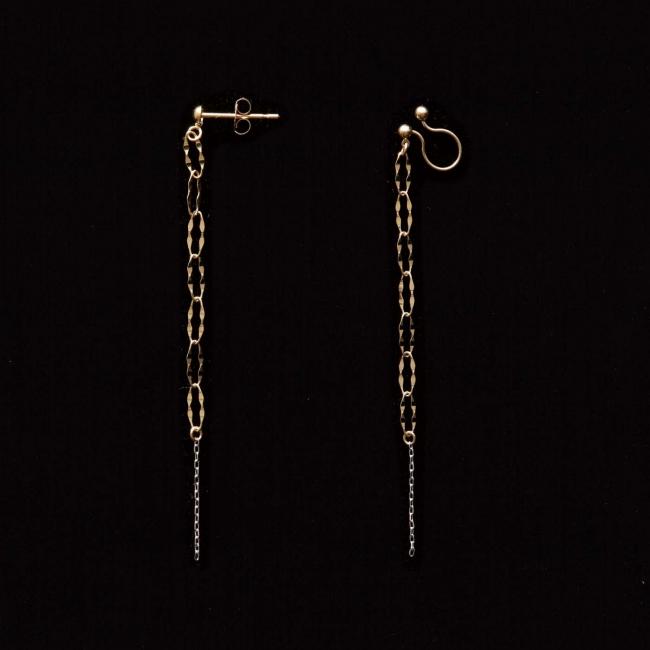 イヤアクセサリーは、 画像左:ピアス、 画像右:イヤリングの2種類から選べます。