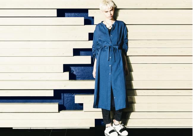 シャツドレス ¥45,360(5~11号)、 ¥46,440(13・15号) *税込 カラー:コバルトブルー、 カーキ