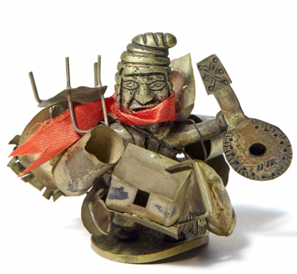 南米で福の神とも言われるエケコ人形。自分が手に入れたいものを持たせることによって幸福を祈願する。